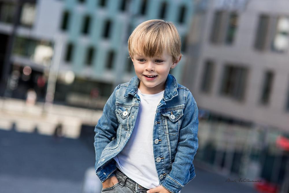 Jeg tar alltid noen smilebilder også ;) Barnefotografering i urbant miljø
