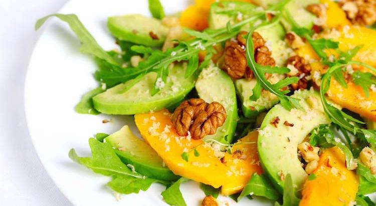 Insalata di avocado, noci e arance