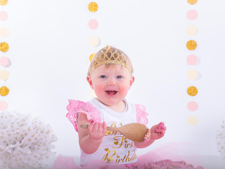 The gorgeous Lily having her cake smash photoshoot!