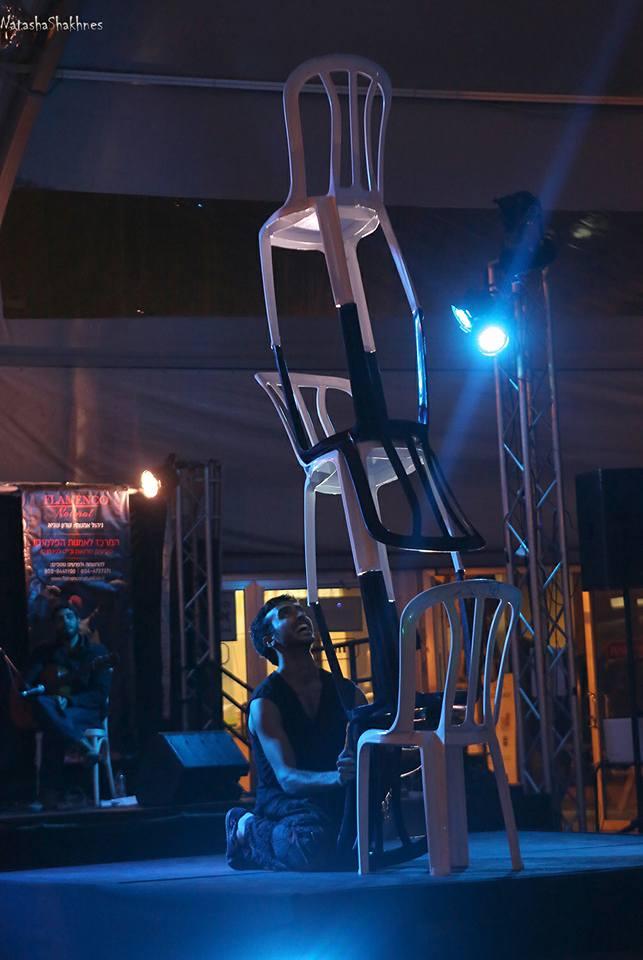 קטע כיסאות במופע חנוכה