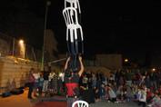 קטע איזון כיסאות במופע להטוטים
