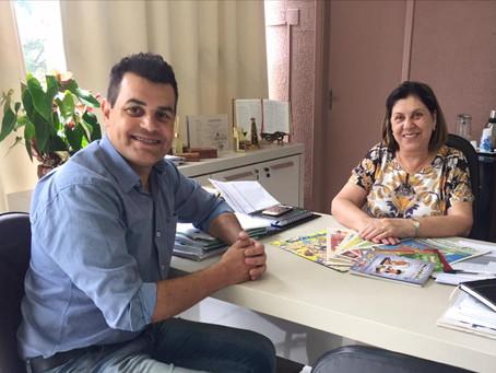 Cartunista Marcos Vaz com a Secretária da Educação de Umuarama