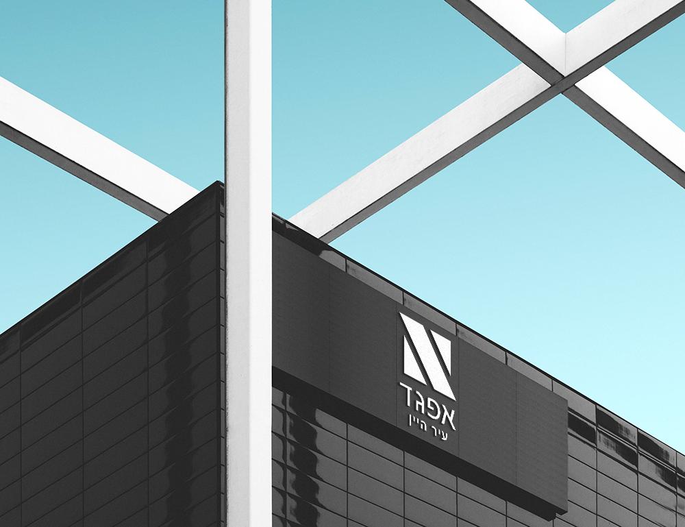 לוגו על בניין.png