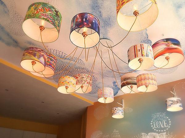 Tandm Design, 12 luminaires flottent comme par magie dansnotre shpw-room de Nantes