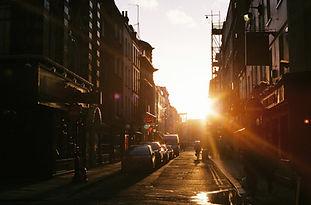 Solnedgång i en stad