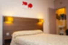 Chambre d'hôtel simple ou double. Salle de bain douche à l'italienne. Equipement : parquet, serviettes de toilette et TV écran plat