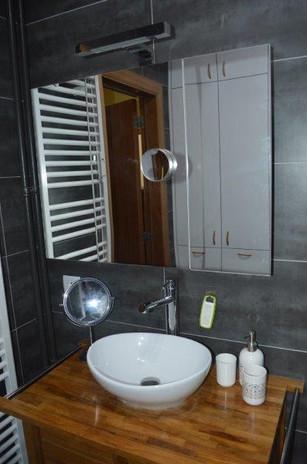 Salle de douche avec placards - appartem