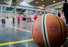 _copie-0_brown-basketball-on-grey-floor-