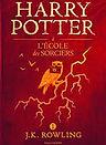 """<p class=""""font_7"""" style=""""text-align: justify""""><a href=""""https://www.lakube.com/auteur-j-k-rowling""""><u>J.K. Rowling </u></a>est une romancière et scénariste anglaise qui doit sa notoriété à son attachant et mondialement connu petit sorcier, Harry Potter.</p>"""