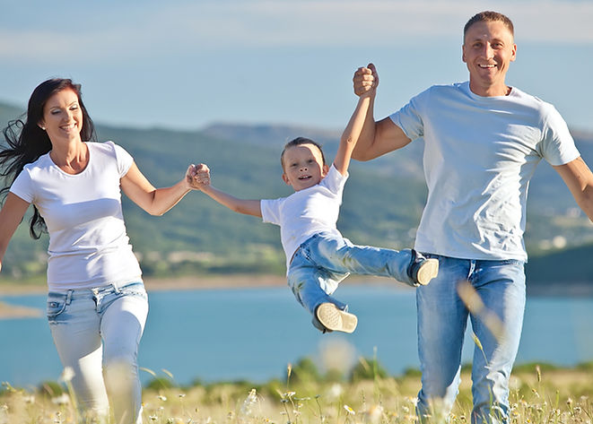 Famille heureuse dans la nature