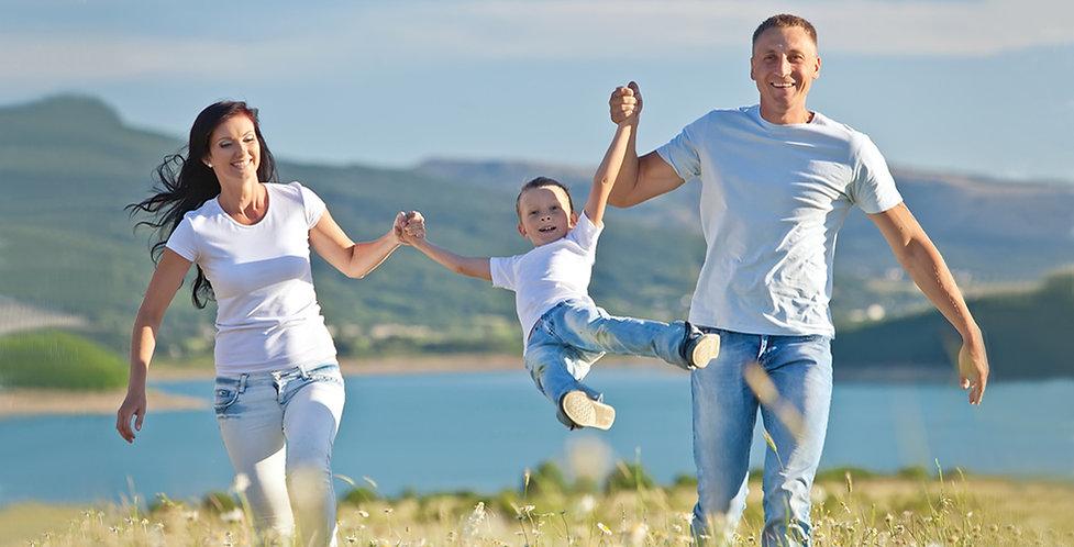 Familia feliz en la naturaleza