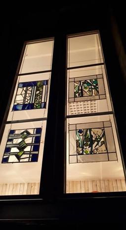 Quatre vitraux suspendus
