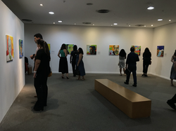 Visitantes admirando obras