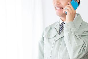電話をする作業員