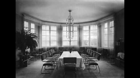 Výstava VEČNOSŤ A CHVIĽA vo Východoslovenskom múzeu v Košiciach dokazuje, že architektúra bola silou medzivojnového Poľska. Názov výstavy bol prevzatý od významného poľského architekta Lecha Niemojewského (1894–1952). Jeho slová vystihujú potenciál a stabilitu II. Poľskej republiky, a zároveň aj krátky časový úsek, v rámci ktorého možno hovoriť o ambicióznom, dynamicky sa rozvíjajúcom štáte. Pozíciu poľskej architektúry v rokoch 1918 – 1939 podporoval inovatívny a technologicky rozvinutý stavebný priemysel, štátne ako aj súkromné investície, ale tiež unikátna propagačná stratégia.  #100rokovPL #VychytávkaDekády