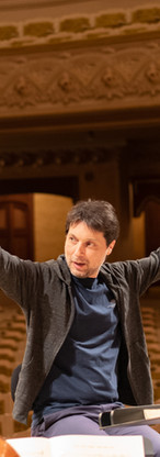 Two thumbs up in rehearsal from Roberto Forés Veses
