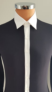 Camicia nera, colletto bianco