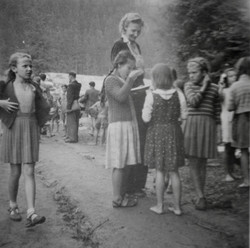 Waiern camp, Clare McMurray & children Sept.1949
