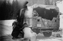 Kapfenberg, putting on the snow chains on the Prabichl February 1949