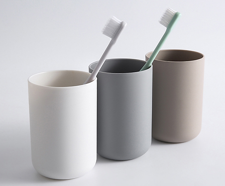 Ly nhựa minimalist kèm móc treo - LN005-007