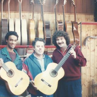 עם בונה הגיטרות מנואל באידו בגרנדה יחד עם רונן מורחי