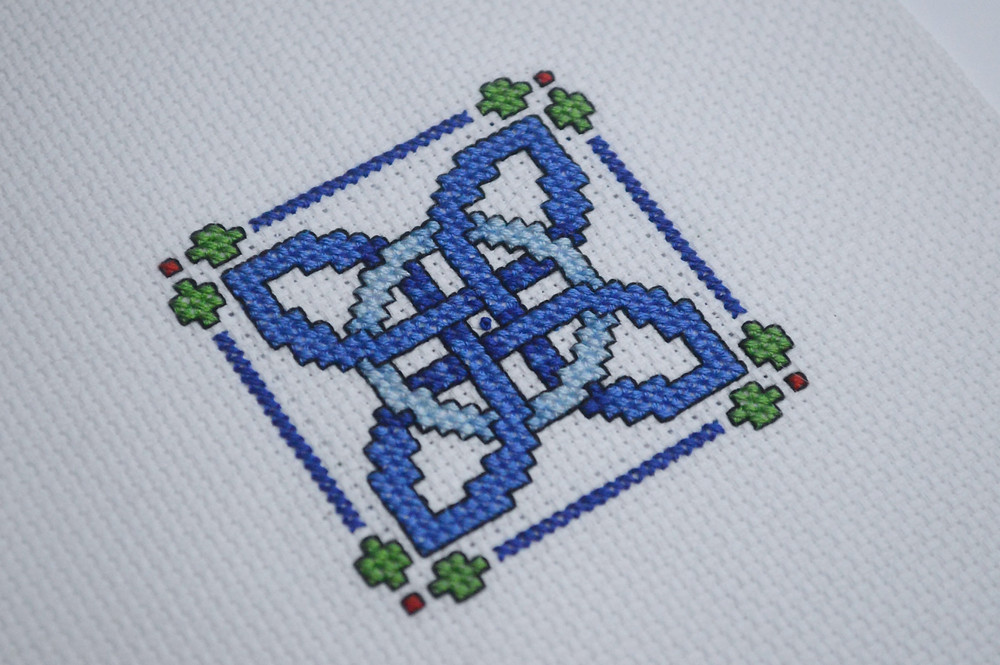 Celtic knot design without French knots