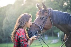 Flicka med häst