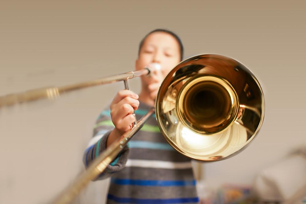 ילד מנגן בטרומבון