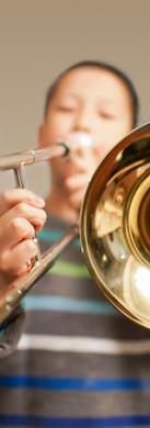 Garçon jouant au trombone