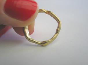 Organischer Ring in Gelbgold