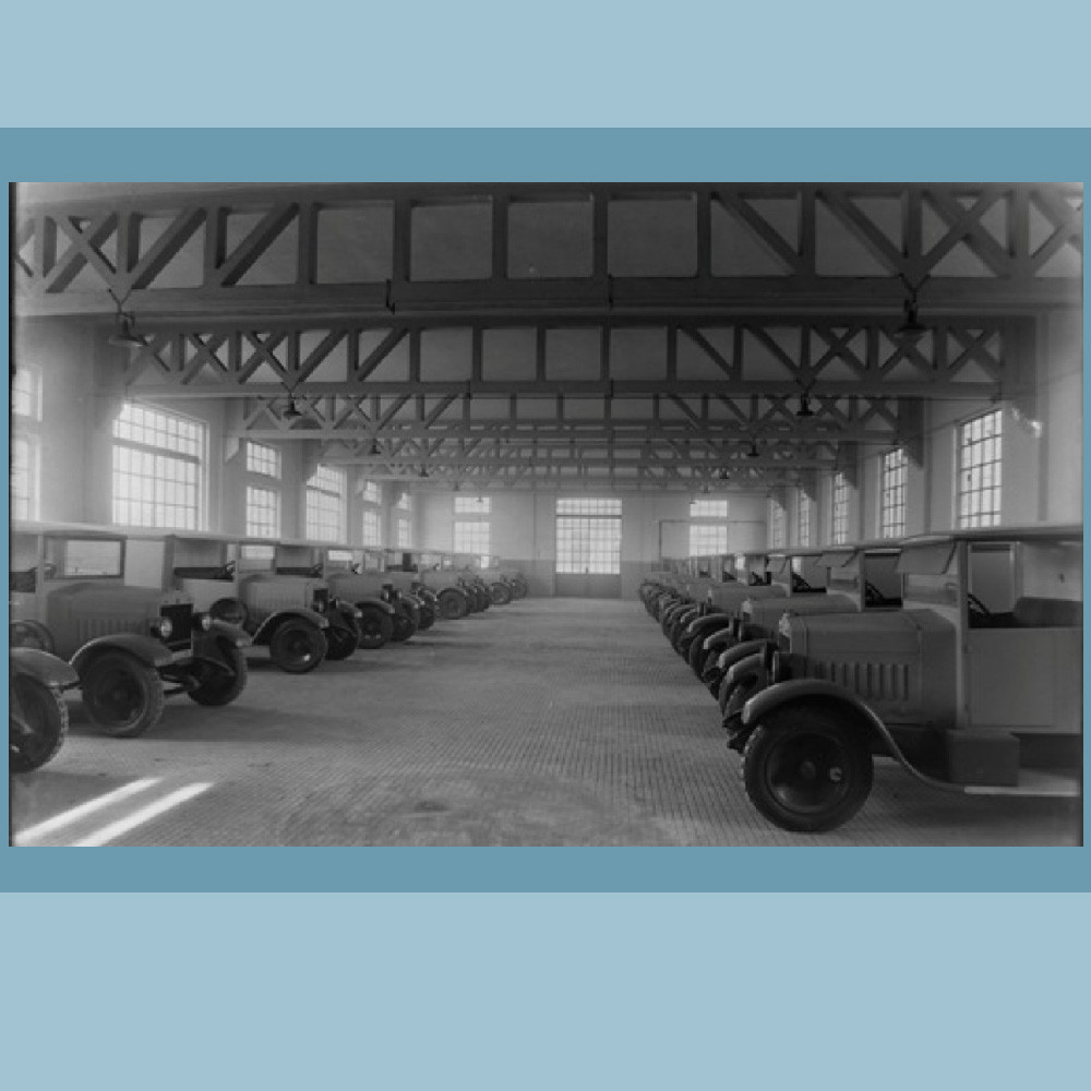 Anni '30-'40 – Autorimessa veicoli per il trasporto del latte.