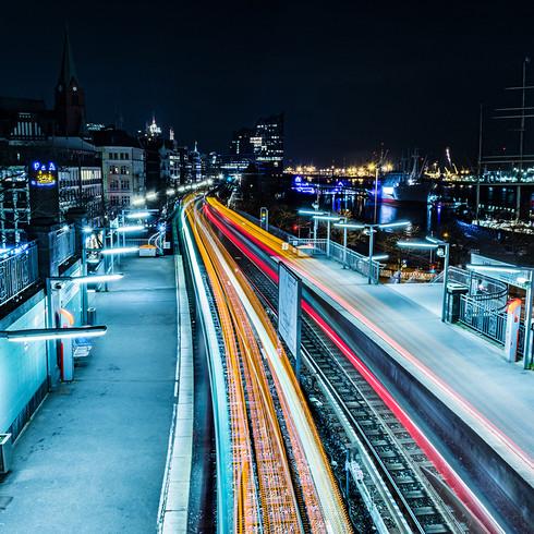 Lichtspiel der Bahngleise bei Nacht