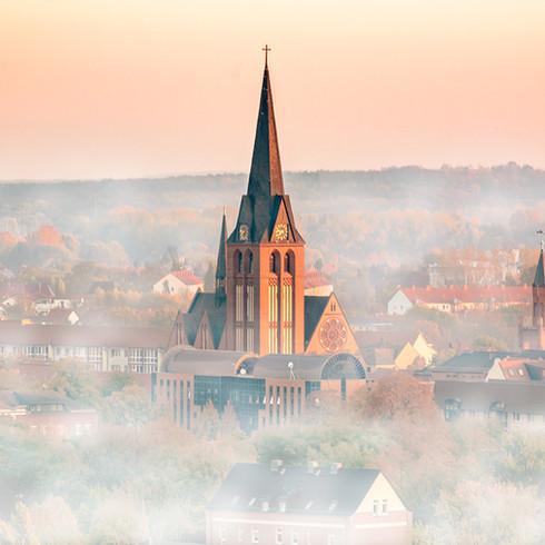 Kirchturm im Nebel bei Bitterfeld