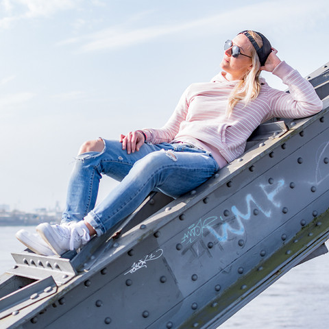 Model am Hamburger Hafen