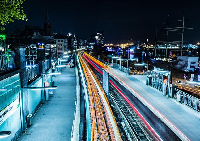 Landungsbrücken mit Lichtspuren der U-Bahn Hamburg