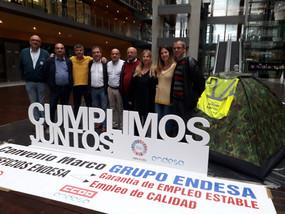 Mariano Hoya visita a los compañeros de Endesa encerrados desde el martes en la sede de Madrid