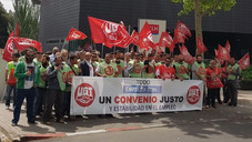 Concentración de trabajadores de UGT FICA en CLH en protesta por el bloqueo en la negociación del co