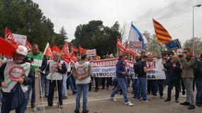 Los trabajadores de Endesa protestan ante la junta de accionistas por el rumbo que está tomando la e