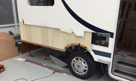 Nieuwe triplex binnenplaat gemonteerd en multiplex onderlijst en wielrand