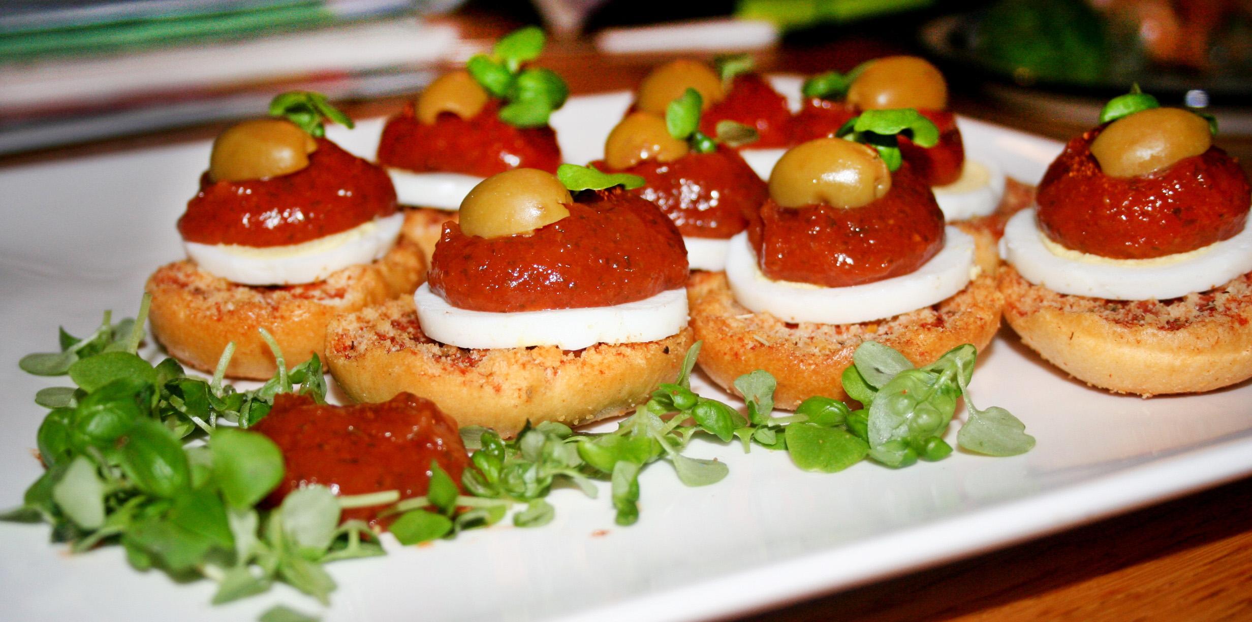bruschetta met ei en tomatenpuree