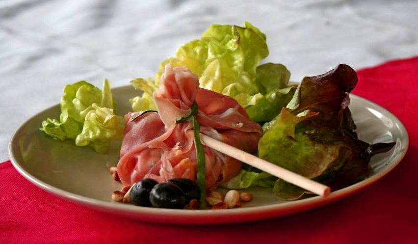 knapzakje met tomaat olijven mozzarella