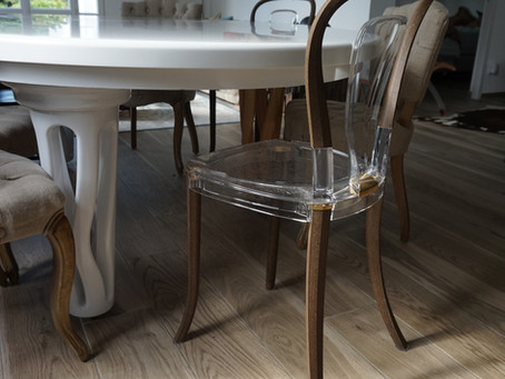 revology avec sa chaise en lin et résine naturel, est avec nous autour de notre table.
