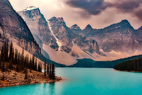 Vue du lac Moraine, circuit de luxe dans les rocheuses canadiennes avec chauffeur privé agence de voyages Evasion Forever