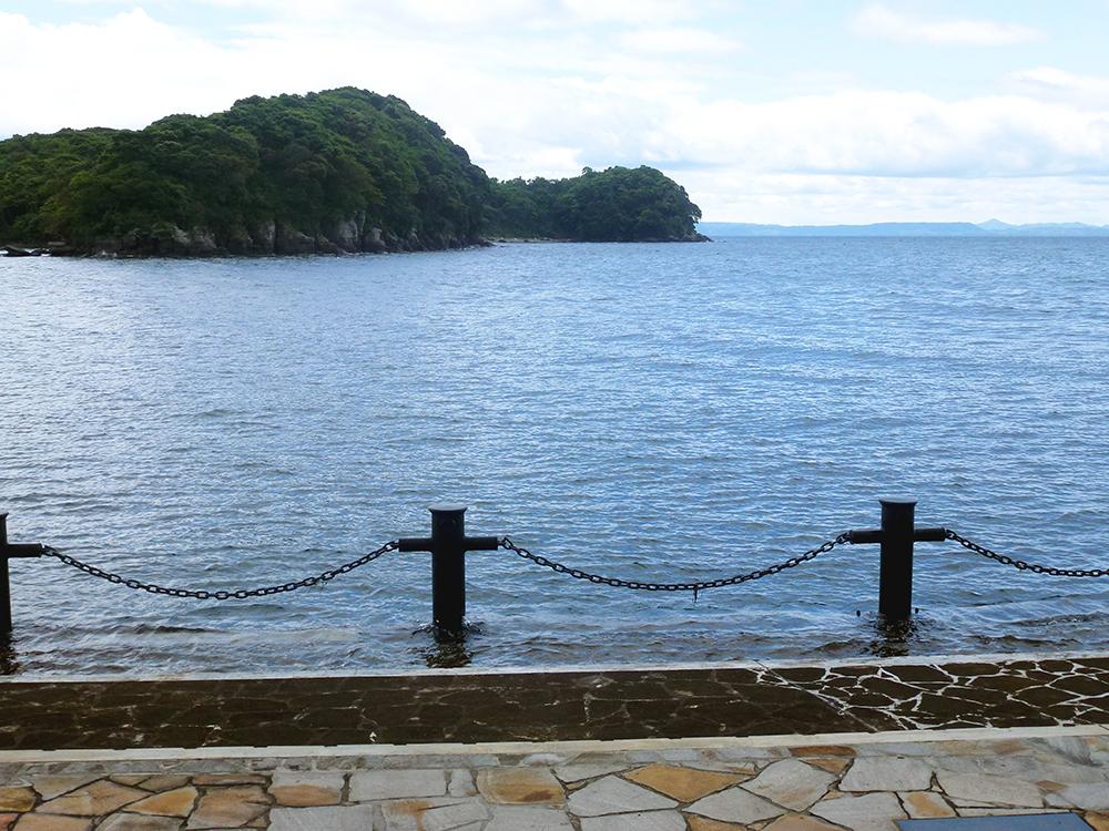 埋立地から見た水俣湾と恋路島