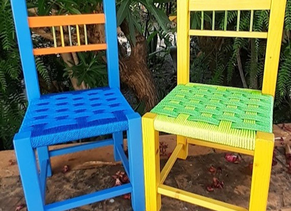 Cadeiras de criança verde e azul