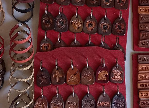 Porta-chaves e pulseiras em couro personalizadas.