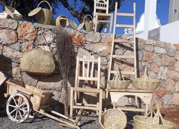 Cestos, cadeira em madeira  e alcofas