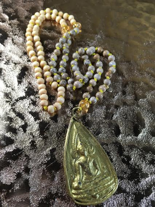 Mala weißes Sandelholz, Jaspis, Citrin & goldfarbigen Buddha-Amulett