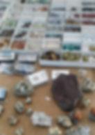 Une sugilite brute de 1.7 kg et de petites pierres