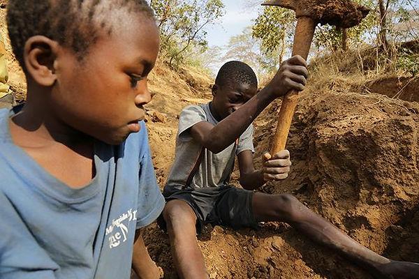 En Tanzanie les enfant commencent tot à travailler sur les mines d'or